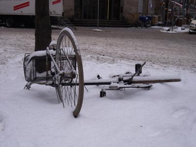 Verschneites Rad am Boden