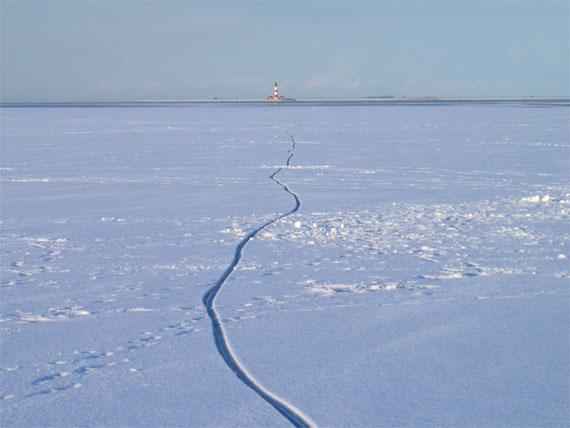Verschneites Meer mit Blick auf das Festland
