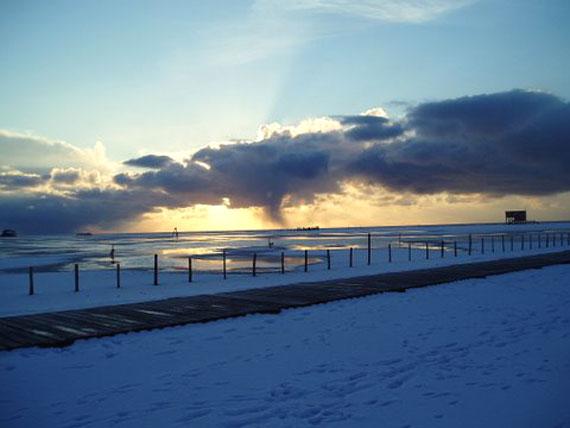 Küste, Meer und Himmel mit Sonnenuntergang