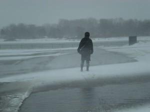 Spaziergängerin im Schneesturm