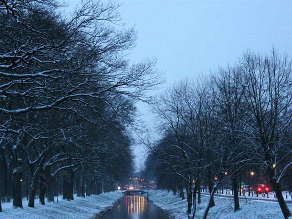 Torfkanal bei Schnee in Abendstimmung