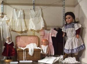 Puppenstube mit Wäsche und Aussteuertruhe
