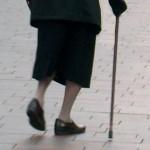 Alte Frau am Krückstock