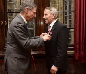Bürgermeister Dr. Carsten Sieling überreichte am 18.Februar im Kaminsaal des Rathauses das Bundesverdienstkreuz an Hans-Rainer Schiller.