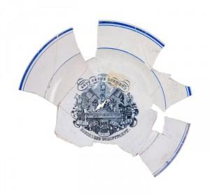 Zusammengesetzte Teile eines blau/weißen Tellers