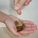 In eine aufgehaltene Hand wird Geld gezählt