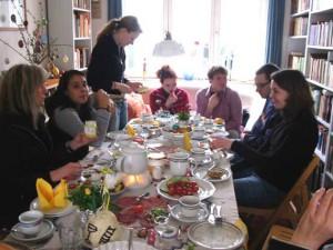 Osterfrühstück: Junge Leute an einer Kaffeetafel