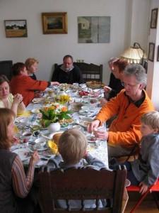 Familie beim Osterfrühstück