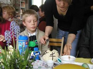 Osterfrühstück: Der Osterkuchen wird angeschnitten