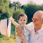 Pläne für die Rentenzeit, Großvater mit Enkeltochter auf dem Arm