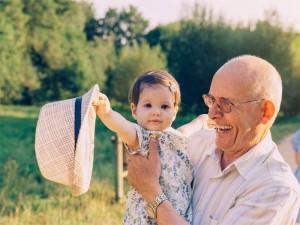 Großeltern werden, Großvater mit Enkeltochter auf dem Arm