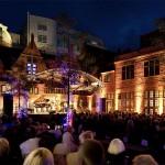Musikfest Bremen Zuschauer sitzen in einem beleuchteten Hof