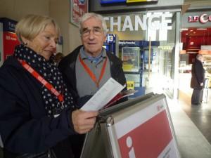 Zwei Personen in der Bahnhofshalle
