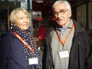 Zwei Personen vor dem Eingang des Bahnhofgebäudes
