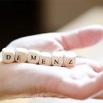 """Demenzpatienten Die Buchstaben """" Demenz """" in einer Hand"""