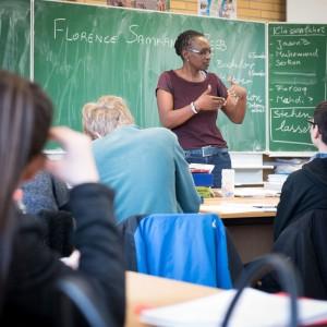 Klasse-Frauen. Eine Junge Frau spricht vor einer Schulklasse