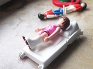 Playmobil-Figur mit Gipsbein
