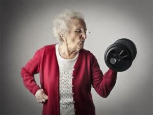Hundertjährige, Alte Frau mit Hantel