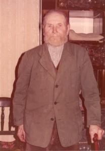 Alter Mann mit Brusttuch