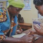 Helpage Eine junge und eine alte Frau im Beratungsgespräch
