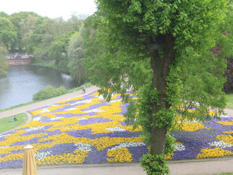 Wallanlagen mit Blumenbeet