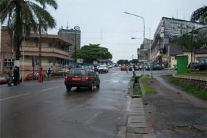 Stadtteil mit Menschen und Autos