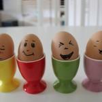 4 Eier mit lachenden Gesichtern