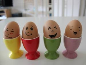 Käfigeier, 4 Eier mit lachenden Gesichtern
