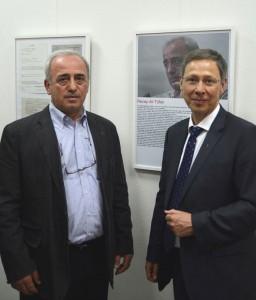 """""""Zeitzeuge"""" Recep Ali Tüfek mit Bürgermeister Carsten Sieling in der Ausstellung """"Merhaba Bremen – Als die Gastarbeiter kamen"""""""