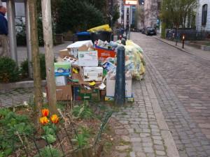 Müll: Papier- und Plastikmüll an einer Straße