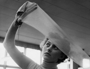 Frau betrachtet Seidenstrumpf