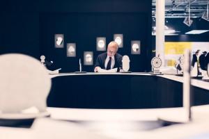 Facetten des Alters, Mann an einem großen Schreibtisch