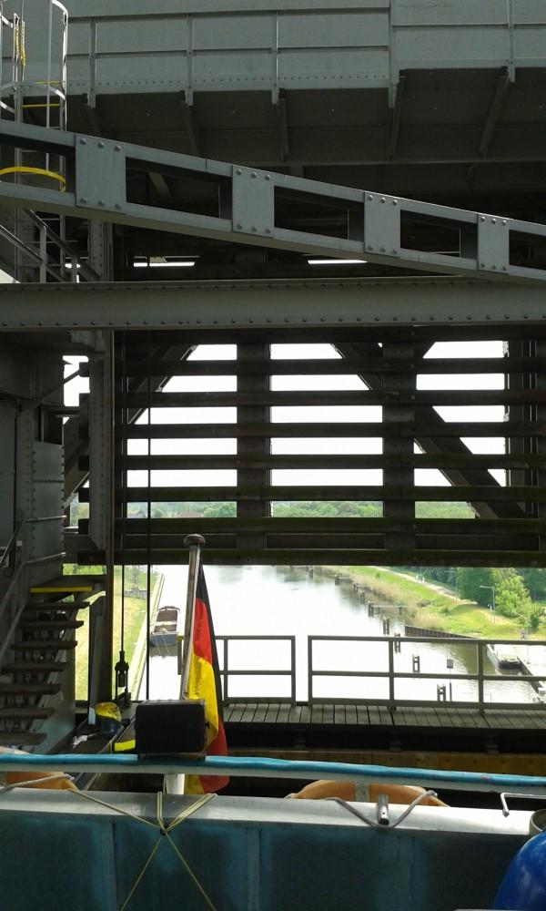 Stahlkonstruktion mit Durchblick auf den Kanal