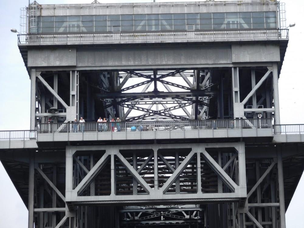 Niederfinow Stahlkonstruktion mit Menschen