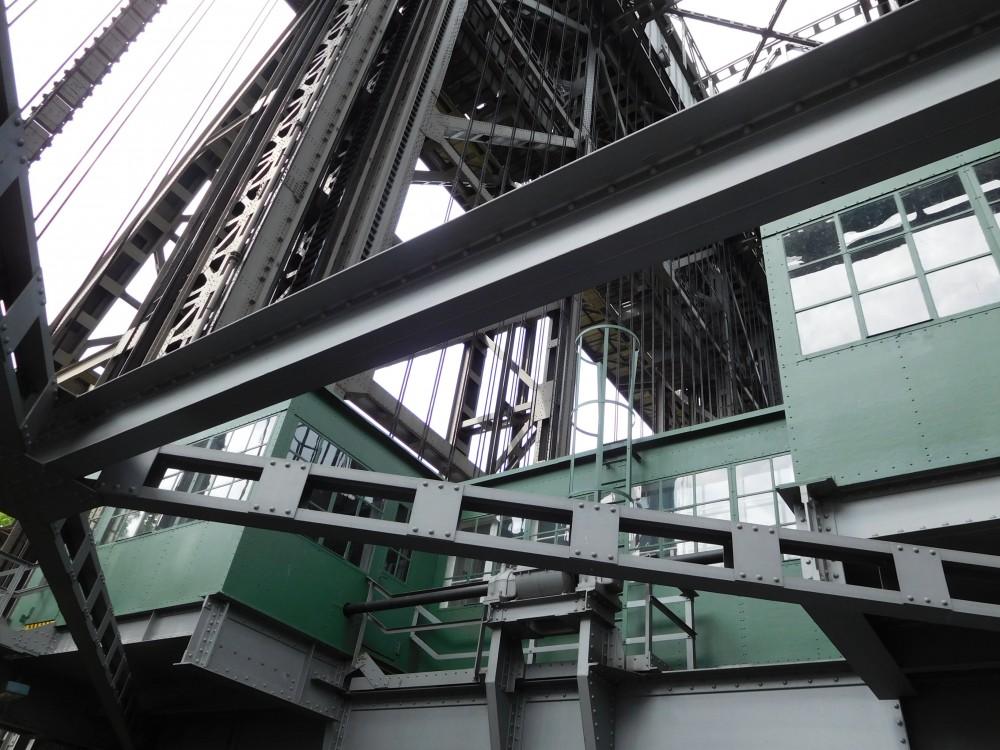 Niederfinow Stahlkonstruktion gegen den Himmel fotografiert