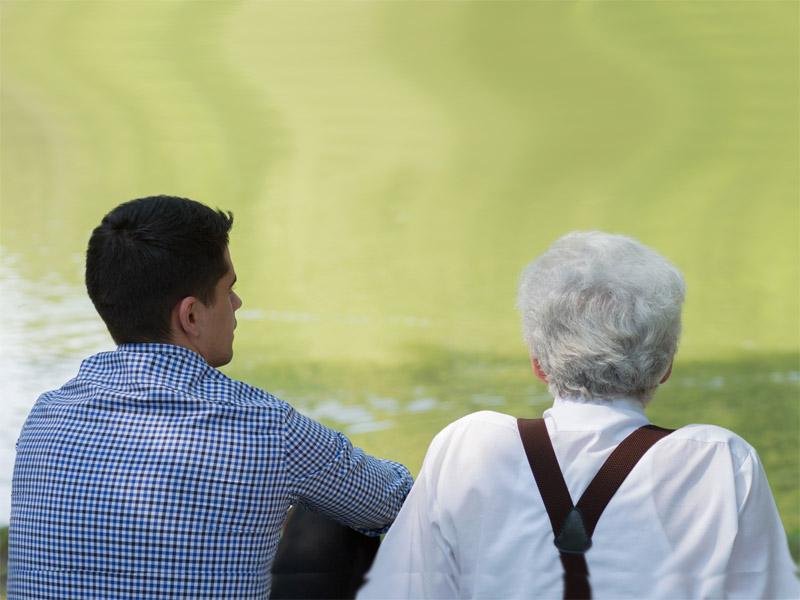 Junger und alter Mann sitzen zusammen