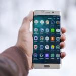 Apps installieren Hand mit Smartphone