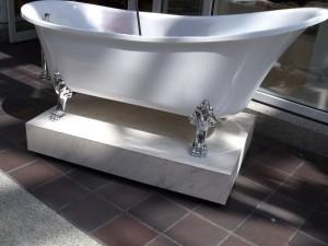 Antike Badewanne auf Füßen