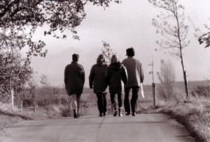 Vier Freundinnen auf einer Straße