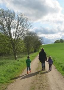 Mutter mit zwei Kindern auf einem Weg