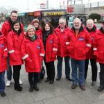 Nachtwanderer in Huchting, 10 Personen in roten Jacken