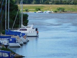 Ferien Segelboote am Ufer eines Sees