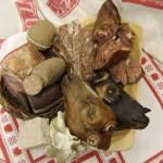 verschiedene Fleischprodukte auf einem Teller