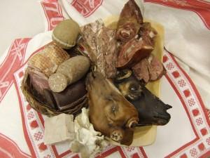 Fleisch ,verschiedene Fleischprodukte auf einem Teller