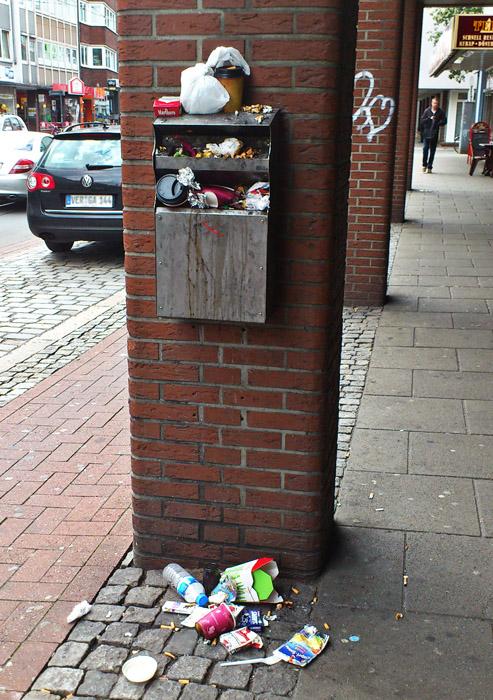 Müll Überquellender öffentlicher Mülleimer