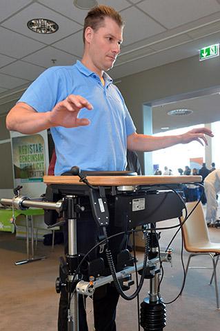 Mann an einem Trainingsgerät