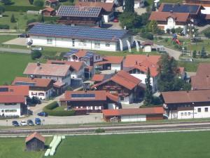 Solarthermie Dotf mit Dächern u. Photovoltaik-Anlagen