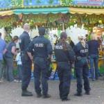 Vier PolizistInnen auf einem Stadtfest