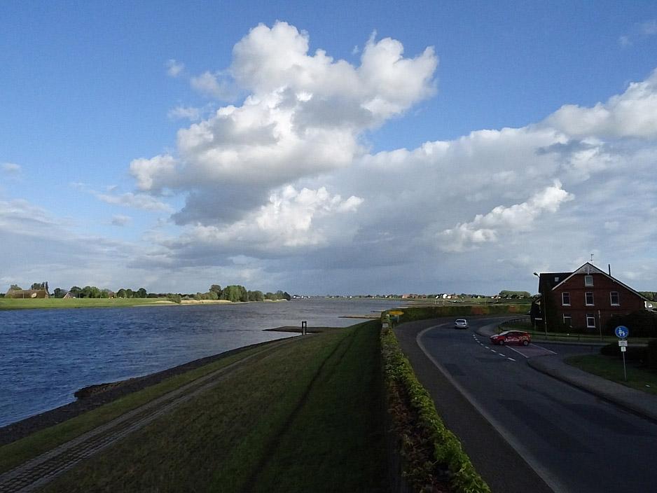 Elblandschaft mit Fluss, Wolken und Deich