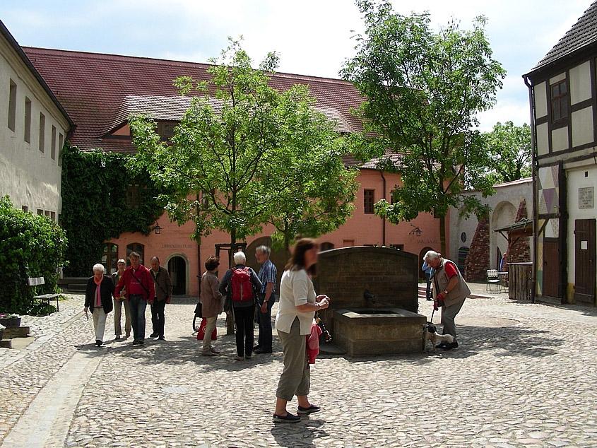 Innenhof mit Bäumen und Touristen